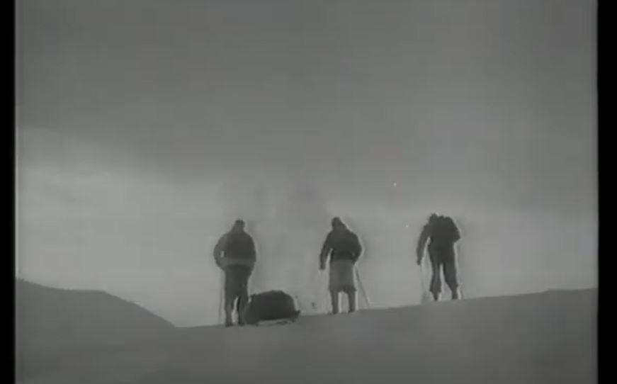 vinter tre personer på ski