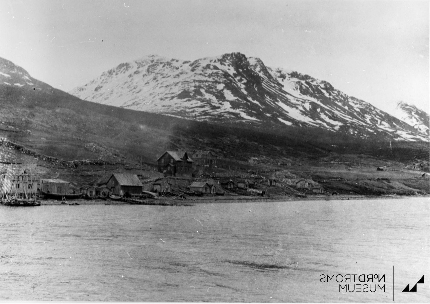Våningshus og uthus. Hus nr. 1. nothus, brukt bl. annet til oppbevaring av silde- nøter. Ved siden av står en nothjell Birtavarre Kåfjord