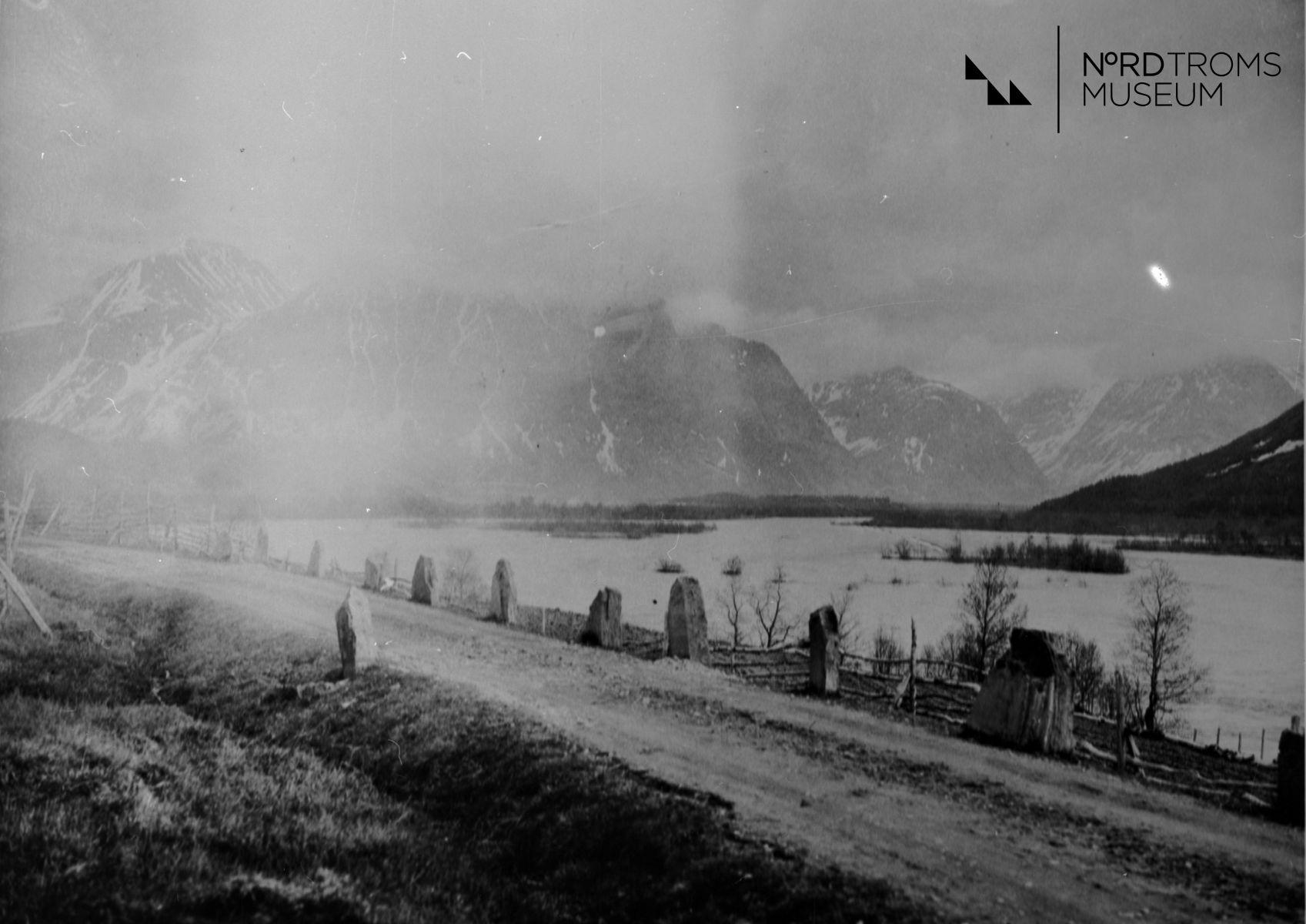 Raisinjoki Matinkentæstæ Roijaloon Kæsin. (Reisaelva med Røyelkampen i bakgrunnen.)