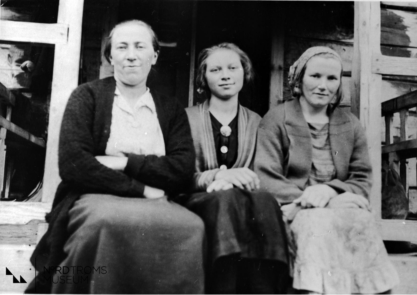 Fra venstre:  Aagaat Hallen,  Nathalje Hallen,  Astrid Hallen. Gera, Nordreisa