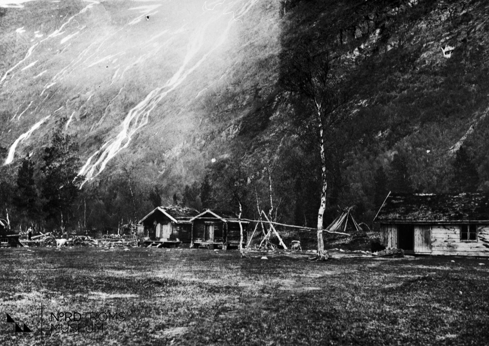 Henrik Solheims gård i Noreisadalen. Potkafossen i bakgrunnen. 90 forteller at brødene ble stekt i en bakerovn i bårstugangen. Det ble bakt i to dager om gangen, tilsammen 104 brød. Fra venstre bårstue, bue, våningshus.