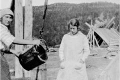 Sigrid Andersen og Jenny Myrbakken  Vannhenting fra Henrik Seppolas brønn. 1 av dem tjente hos familien Dreyer Skibotn